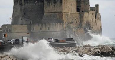 In una foto d'archivio onde alte e nuvoloni di acqua salata su via Caracciolo a Napoli. ANSA / CIRO FUSCO / DBA