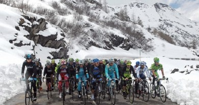 19/5/2013 Giro D'Italia 2013. Stage 15 - Cesana to Col du Galibier. The peloton climbs through the snow on the route up the Moncenisio. Photo: Offside / IPP.