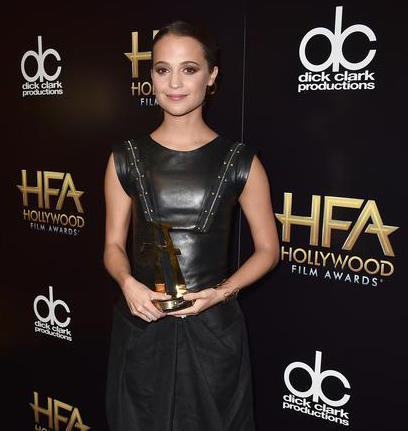 "Alicia Vikander poses in the press room with the Hollywood breakout actress award for ""The Danish Girl,"" at the Hollywood Film Awards at the Beverly Hilton Hotel on Sunday, Nov. 1, 2015, in Beverly Hills, Calif. (Photo by Jordan Strauss/Invision/ANSA/AP)"