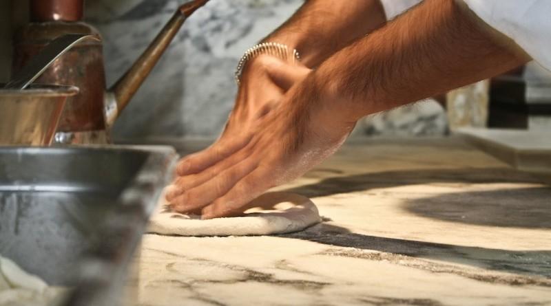 Un-pizzaiolo-mentre-prepara-la-pizza