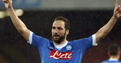 Football Soccer - Napoli v Atalanta - Italian Serie A - San Paolo Stadium, Naples, Italy - 02/05/16 Napoli's Gonzalo Higuain celebrates after scoring his second goal against Atalanta.   REUTERS/Ciro De Luca