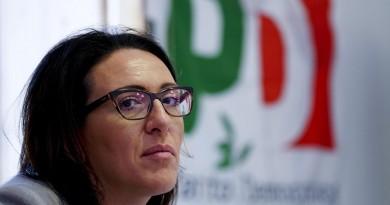 Valeria Valente, candidata alle primarie del centrosinistra a Napoli, nel suo comitato elettorale, 5 marzo 2016. ANSA / CIRO FUSCO