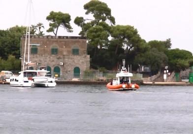 Procida, Guardia Costiera soccorre catamarano finito sugli scogli