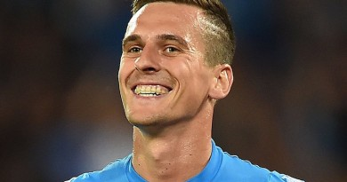 NAPLES, ITALY - AUGUST 27: Arkadiusz Milik of Napoli celebrates after scoring goal 1-0 during the Serie A match between SSC Napoli and AC Milan at Stadio San Paolo on August 27, 2016 in Naples, Italy.  (Photo by Francesco Pecoraro/Getty Images)