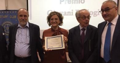da sx A. Simeone (dir IGB), la vincitrice Carmen Valente, M.Iaccarino (CNR) e A.Leonardo (pres Rotary Na)