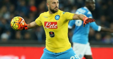 NAPLES, ITALY - DECEMBER 13:  Pepe Reina of Napoli during the Serie A match betweeen SSC Napoli and AS Roma at Stadio San Paolo on December 13, 2015 in Naples, Italy.  (Photo by Maurizio Lagana/Getty Images)