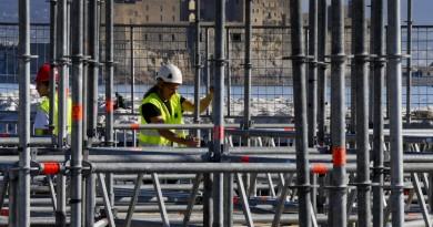 Lavori in corso per 'N'Albero' la struttura di 40 metri , allestito dalla Italstage, che sorgerà  alla Rotonda Diaz, sul lungomare di Napoli per festeggiare il Natale, 21 novembre 2016. ANSA / CIRO FUSCO