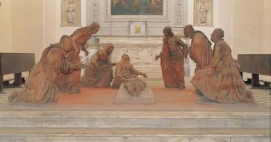 La chiesa del complesso monumentale di Sant'Anna dei Lombardi, sita in Piazza Monteoliveto, ospita il Compianto su Cristo morto, gruppo di statue in terracotta, opera dello scultore Guido Mazzoni