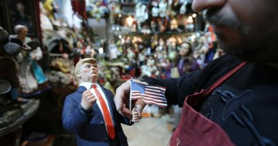 Napoli, 09/11/2016 Cronaca Donald Trump sul presepe napoletano. Appena eletto presidente degli Stati Uniti d'America gli artigiani del presepe di San Gregorio Armeno creano la statuina per il presepe. Nelle foto quella creata dall'artigiano Genny Di Virgilio Nella foto: la statuina di Donald Trump