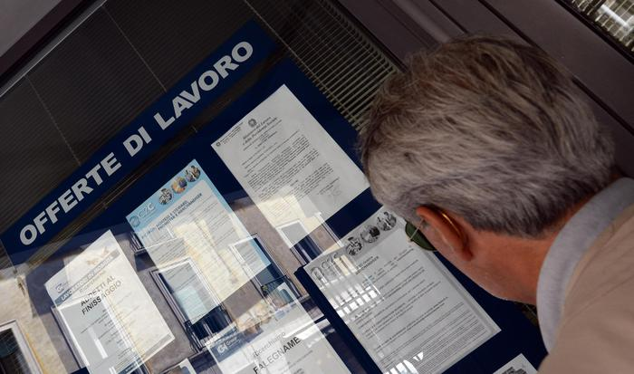 Un uomo controlla gli annunci di lavoro esposti in una agenzia per l'occupazione.  ANSA/FRANCO SILVI