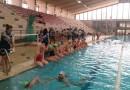 Aspettando la Capri-Napoli, cento bambini in piscina alla Scandone