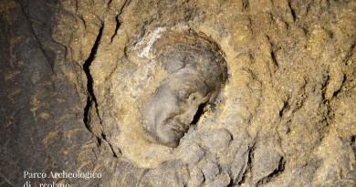 Paerco Tour - Impronta della testa-ritratto di Marco Nonio Balbo, rimasta impressa sulla volta dello stretto cunicolo alle spalle del frons scaenae, in prossimità del pozzo di Nocerino.