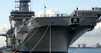 Taranto, la portaerei Cavour esce dal bacino di carenaggio