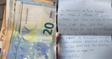 """Il bancomat gli """"regala"""" 600 euro e lui li restituisce"""