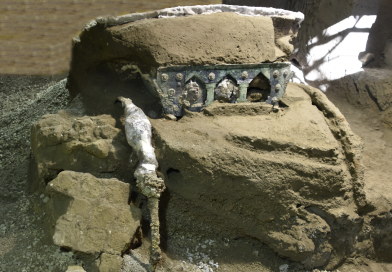 Pompei, carro cerimoniale emerge tra gli scavi